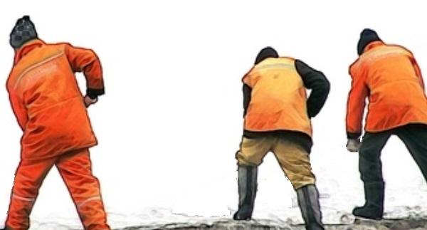 Ein Overall hilft beim Wechseln der Schneeketten sauber zu bleiben